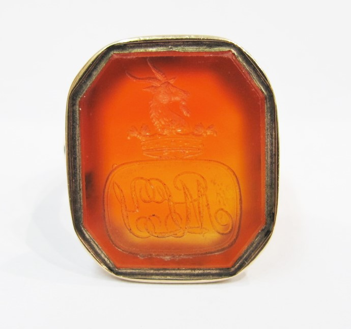 在 taglio seal ring. 14k gold, carnelian, early 19th century. Currently available at 灰色& Davis.