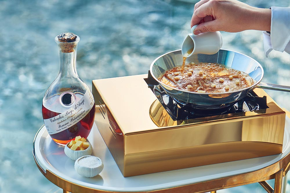 The flambéed crêpes with Calvados in action