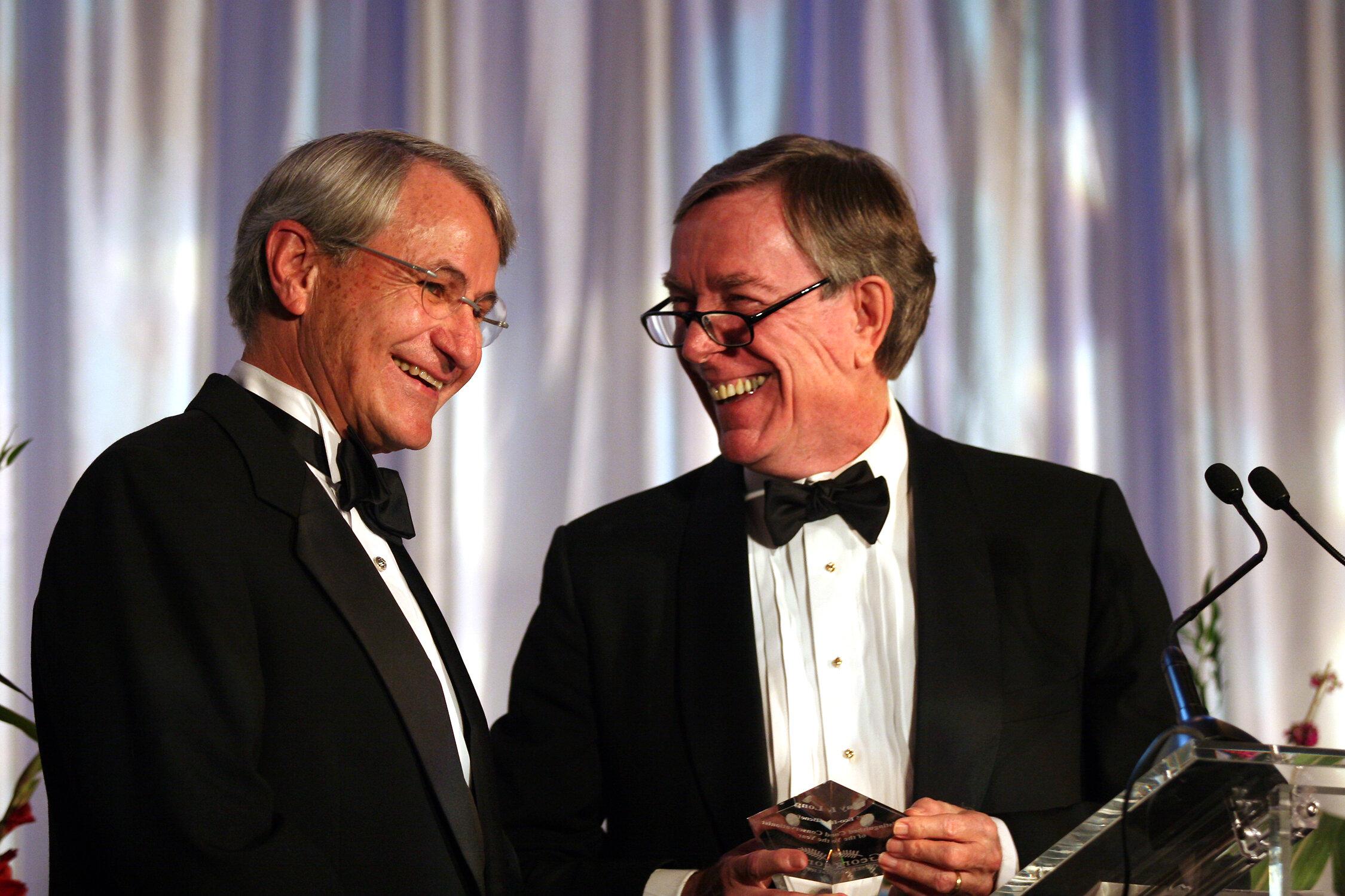克莱·朗(左)从当时的董事会主席手中获得2005年乔治亚州保护协会杰出环保人士奖, 已故的雷. C. 安德森