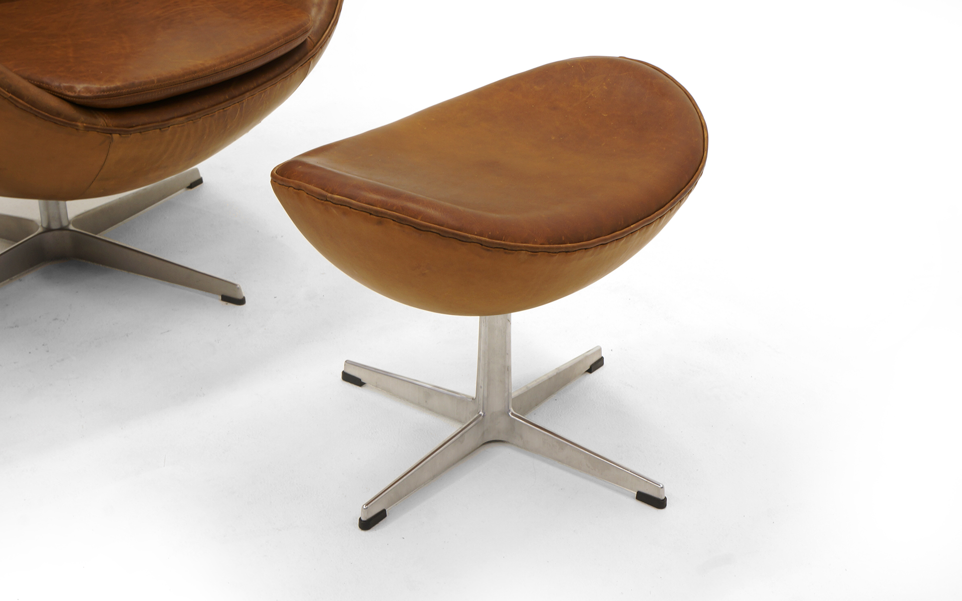 Egg Chair Cognac.Pair Of Arne Jacobsen Egg Chairs With Ottomans For Fritz Hansen