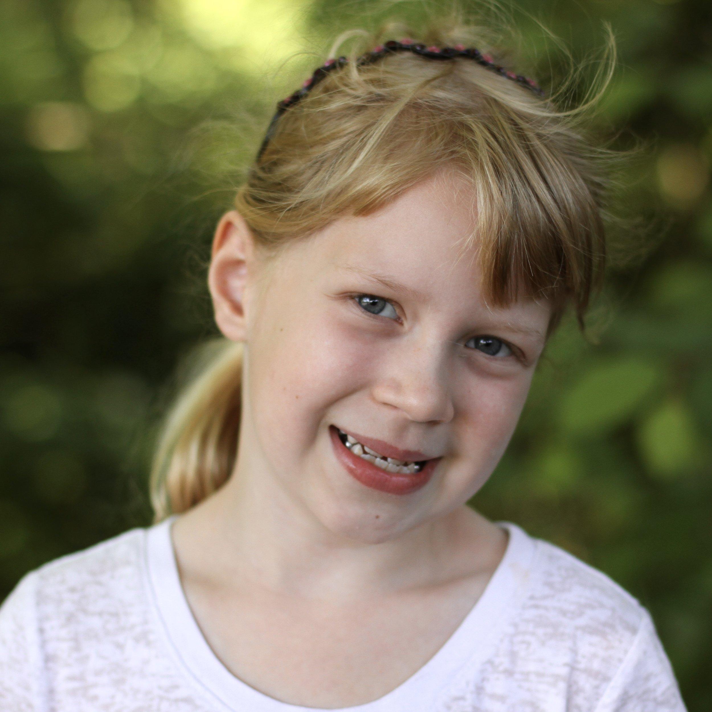 微笑的年轻学生,中等金黄色的头发