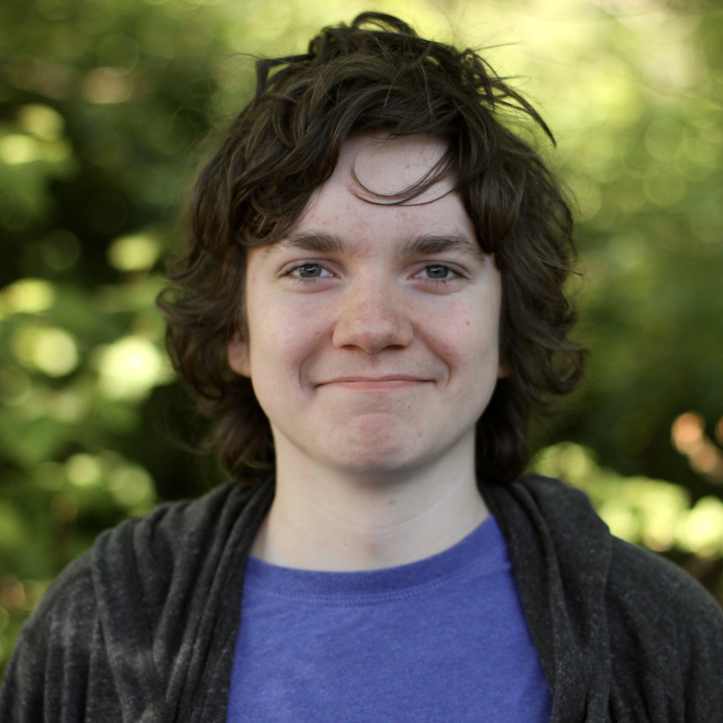 微笑的学生,中等棕色头发