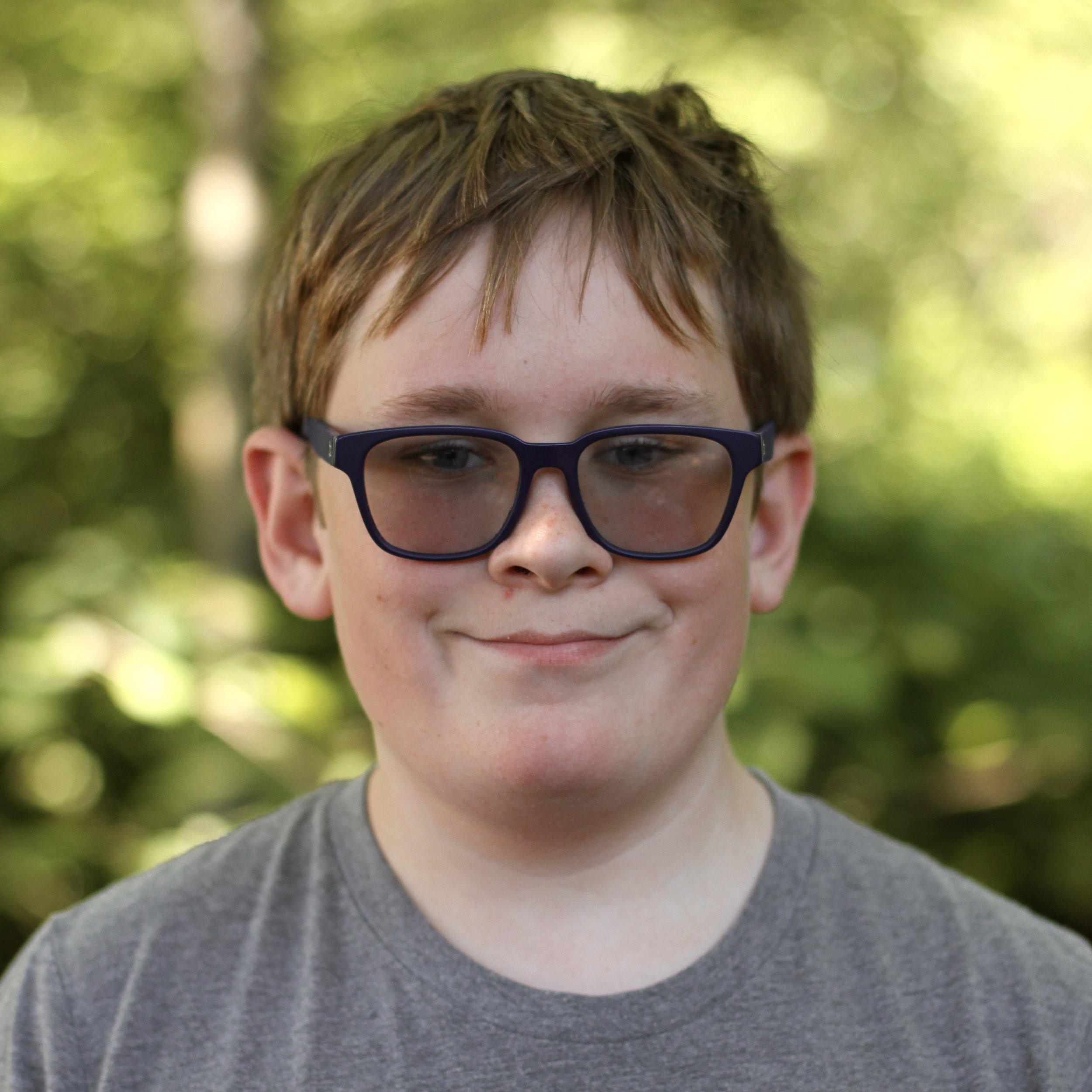 微笑的学生,金色短发,戴着眼镜