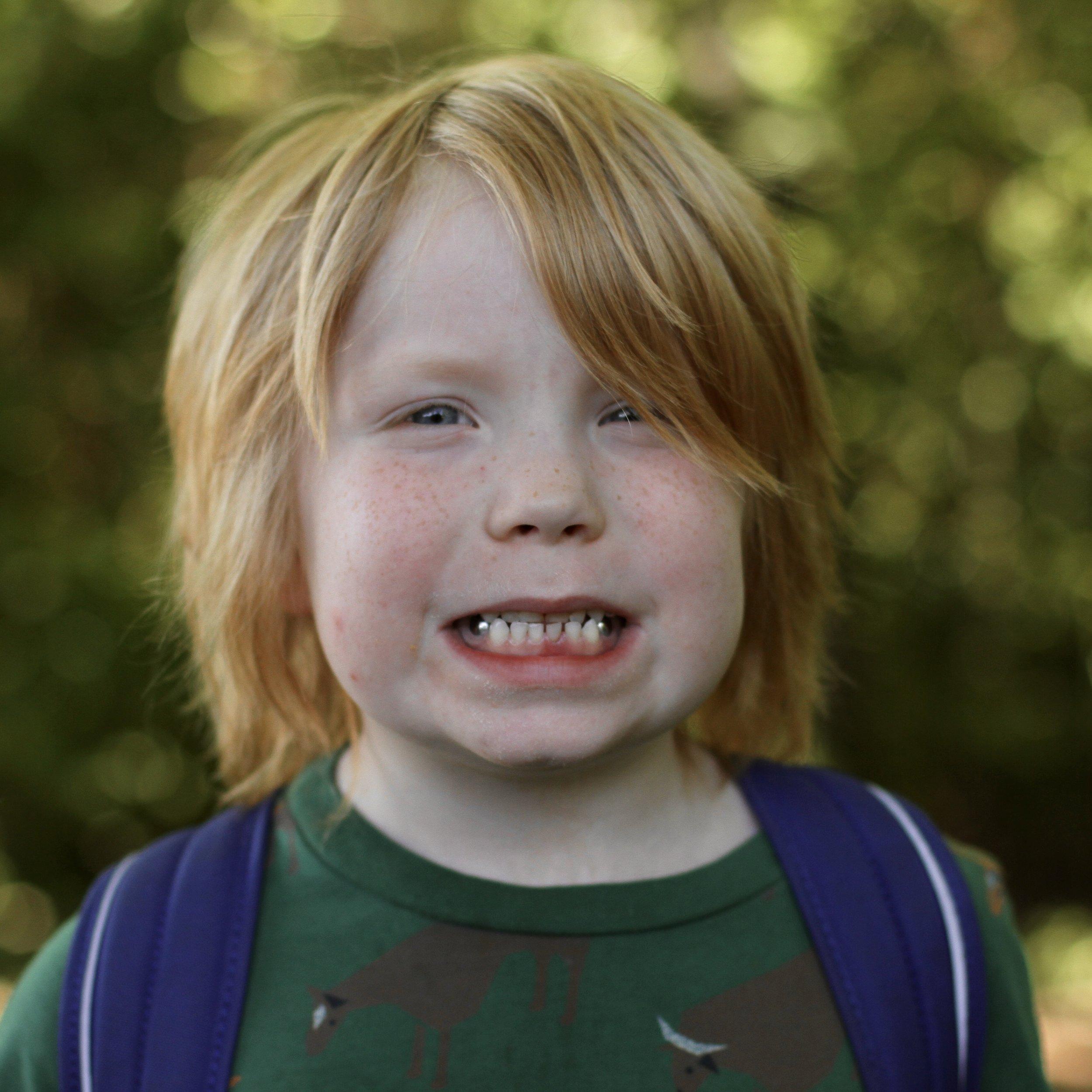 年轻的学生咧着嘴笑,金黄色的头发
