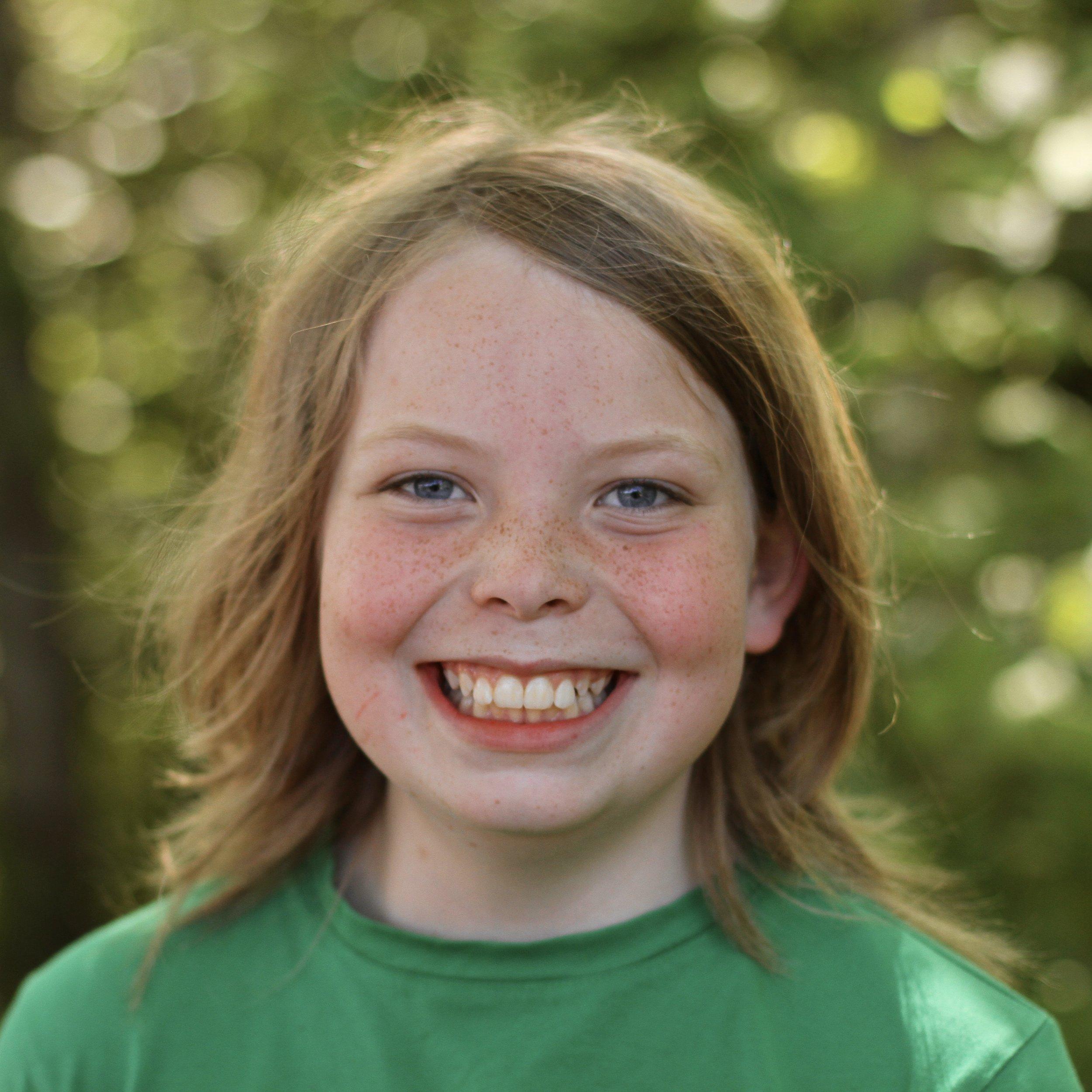 微笑的学生,中等金黄色的头发