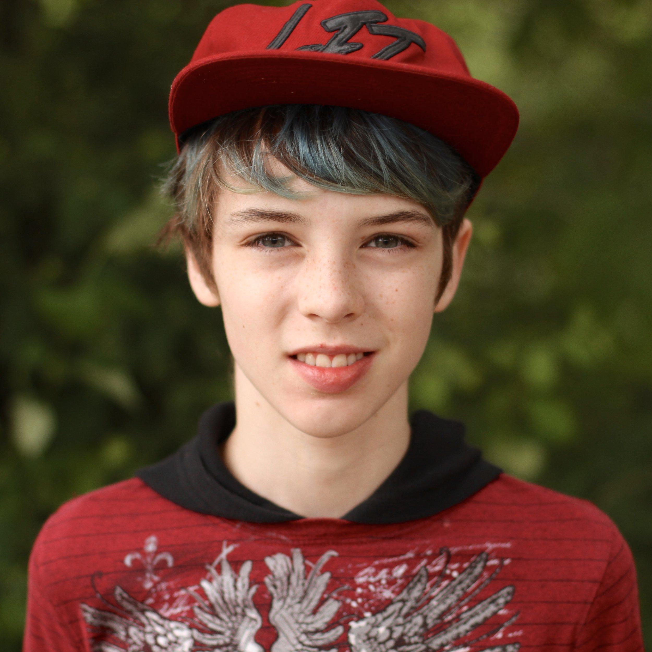 微笑的学生,短蓝色头发和红色棒球帽