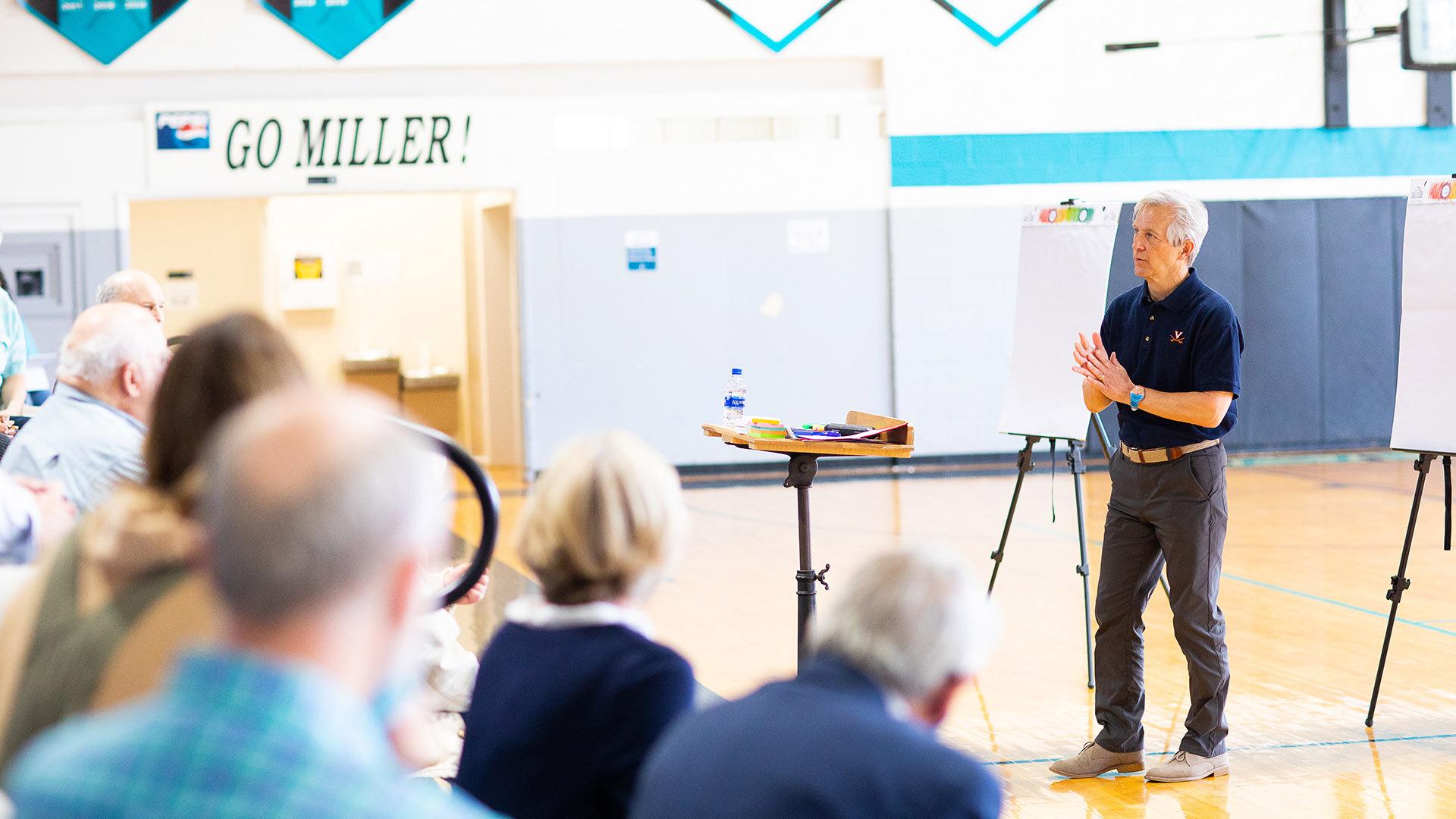 bill Evanow与董事会在校友体育馆领导全员工计划会议.