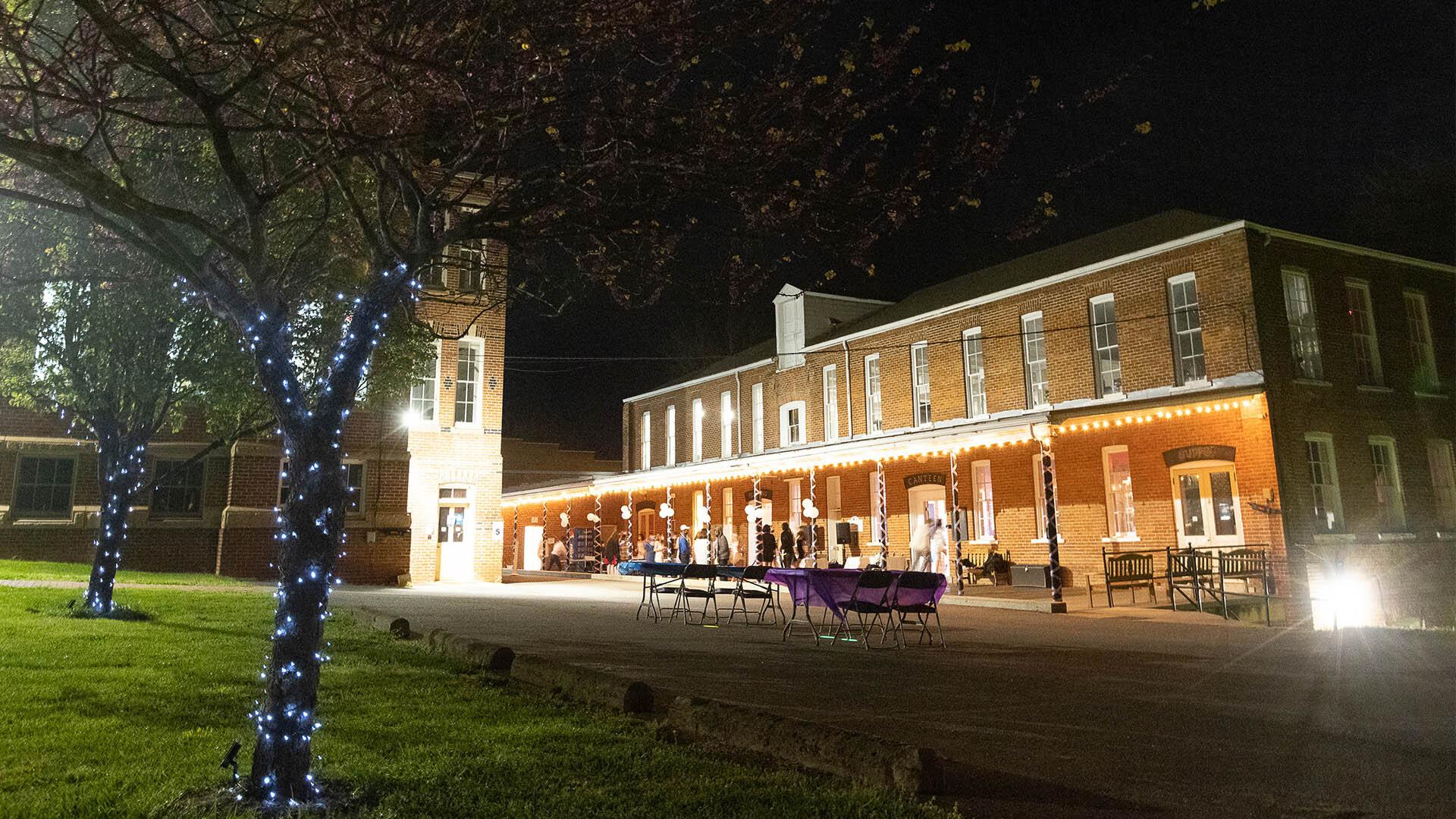 在繁星点点的弗吉尼亚之夜,SGA举办了一场精彩的春季舞会.