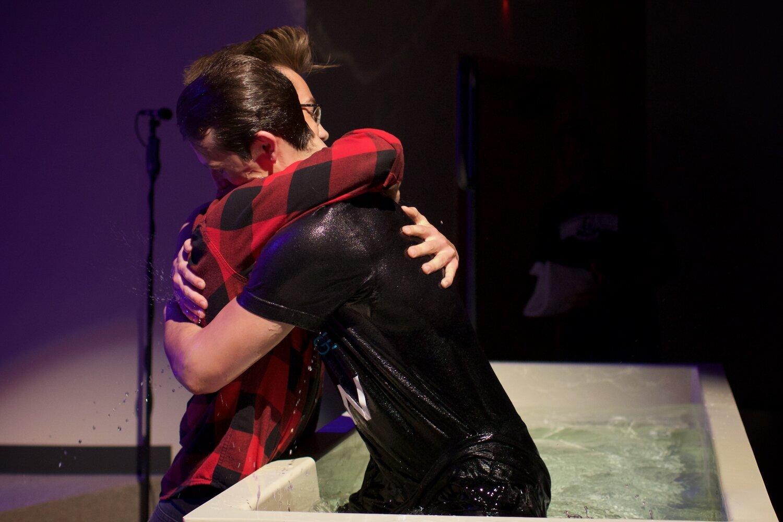 斯通(左)为他的朋友内森(右)洗礼