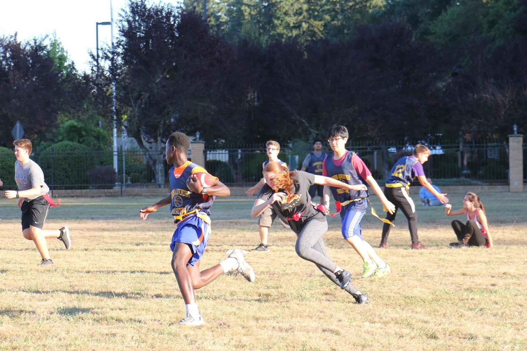 校内体育-澳门太阳集团相信给学生积极主动的机会和相互交流是非常重要的. 澳门太阳集团的校内体育项目全年进行,并对所有学生开放. 下面是澳门太阳集团会学院提供的一些最受欢迎的校内运动:旗帜足球、极限飞盘、排球、地板曲棍球、篮球、躲避球