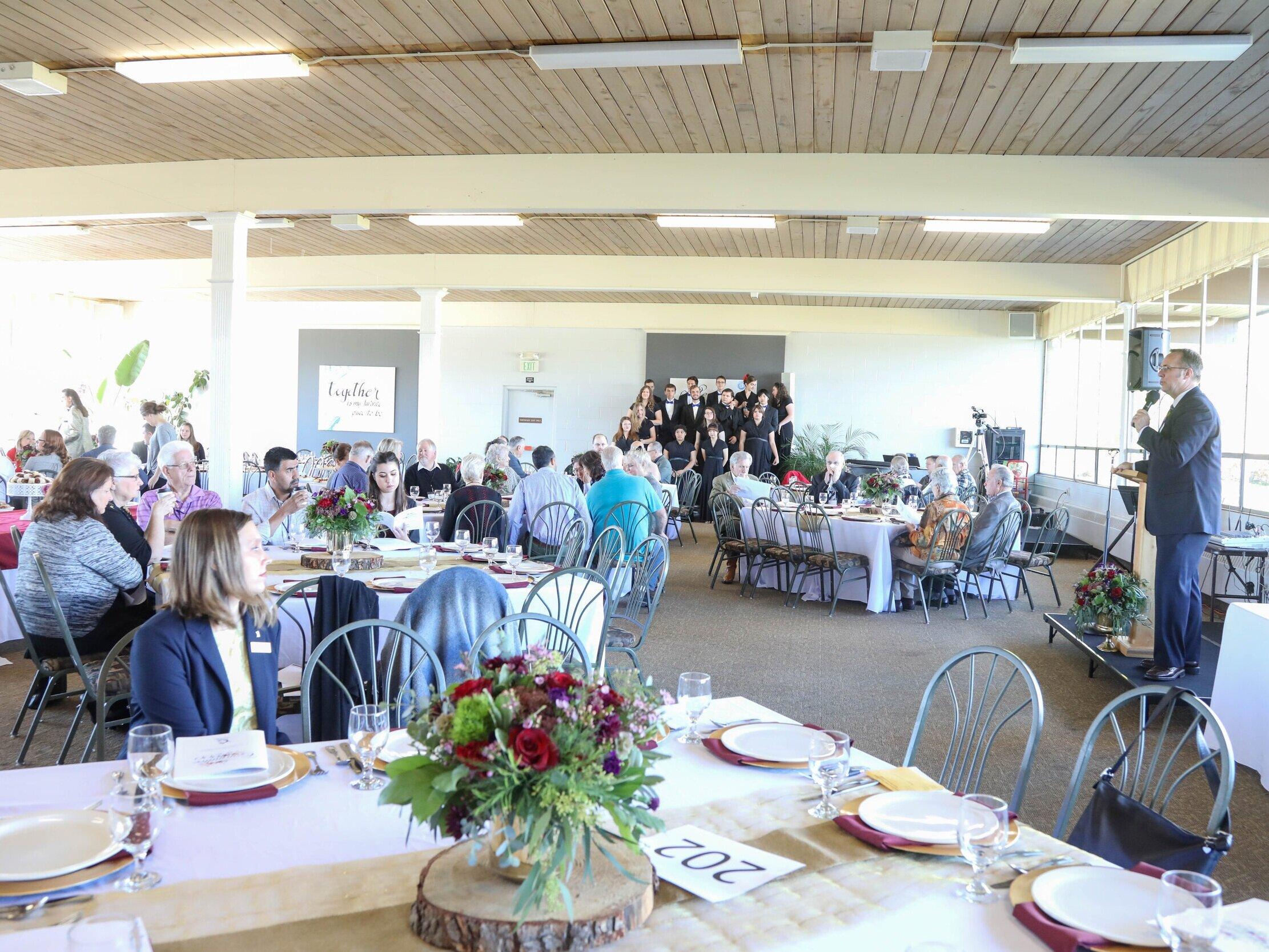 卓越委员会- 2020年10月18日年-卓越委员会(前100/200委员会)是由澳门太阳集团会的朋友和校友组成的团体,致力于对基督教教育的系统支持和持续发展. 每年,委员会的成员们都会聚在一起举行一场豪华的早午餐,举行他们的年度会议,在那里他们投票决定如何分配该年的卓越委员会的资金.