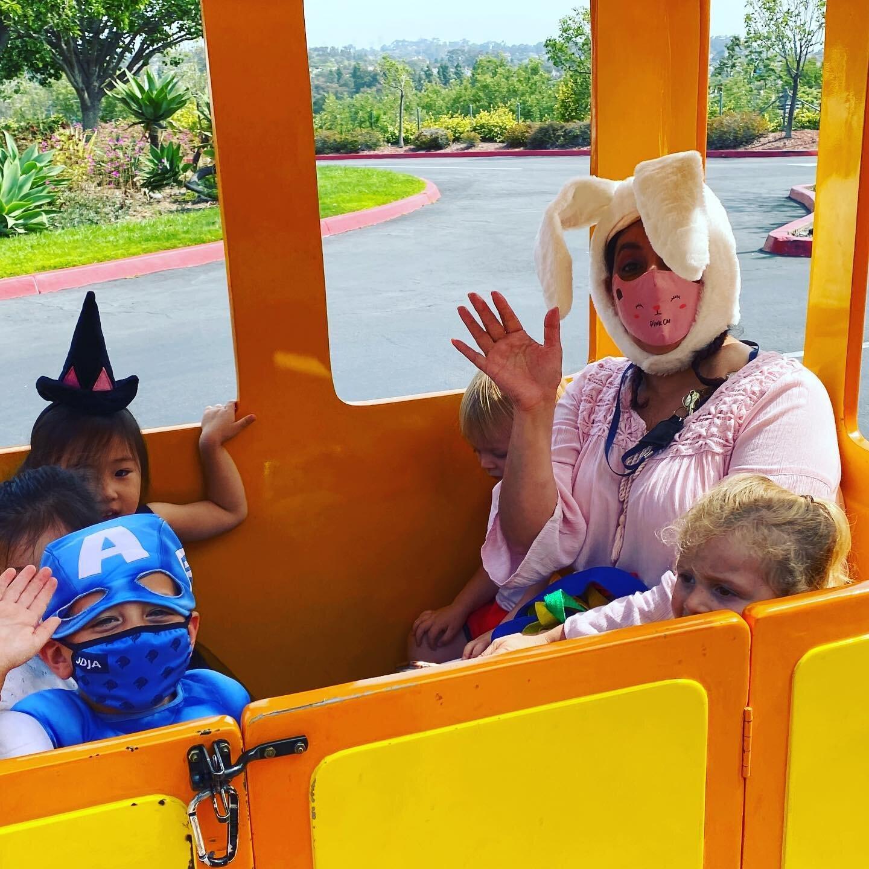 AG娱乐的小狮子们用嘉年华来庆祝他们在学校的最后一天, 用火车完成, 弹跳屋, 和小马骑! #lions #sdja #lastdayofschool #summerishere