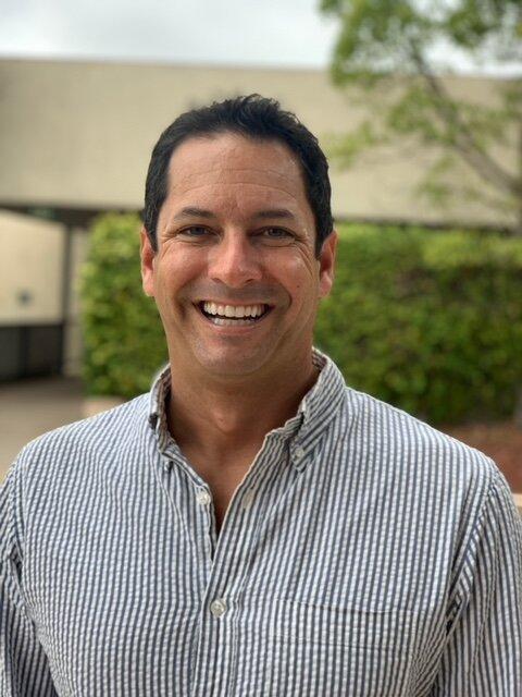 Aaron是一名自豪的SDJA校友,现在是两名SDJA学生的父母. 亚伦在国际商业和贸易法方面有专长,并热衷于支持犹太社区的各种能力.