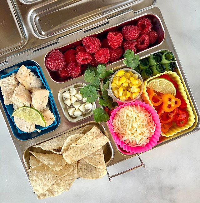 When you love tacos but not the tortilla, this is how you roll into #tacotuesday 🌮 •  Do your kids sometimes want their foods to be separate? Yeah, here too. So when I pack up a lunch this way, my kid can have loads of taco deliciousness, without the actual taco. 💚  In here we've got leftover chicken, corn, cheese, peppers and cukes, with chips, raspberries and white chocolate chips. Would your crew dig this? • 🌟 Today on Stories @lalalunchbox you'll find the ever amazing Amisha @thejamlab whose beautiful feed and creative recipes will seriously dazzle you. I'm so excited for her to share some behind the scenes lunch packing ideas today! 😃 . . . . . . . #healthylunchideas #lunchboxideas #lalalunchbox #taco #glutenfreelunch #eattherainbow #lunchideas #schoollunch #schoollunchideas #poweryourlunchbox #planetbox #plasticfreelunch #thenewhealthy #feedfeedglutenfree #lunchforkids #kidapprovedfood #chickentacos #healthyfoodforkids #cookonceeattwice