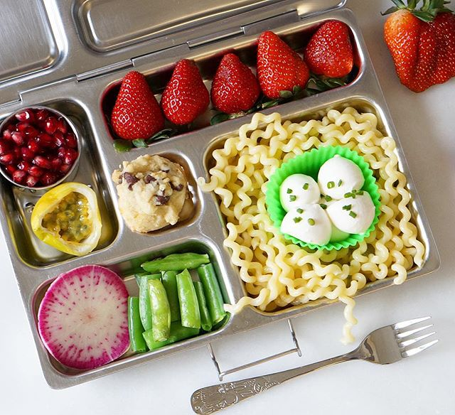 Bring on the NOODLES. ❤️ • We entertained a crowd this weekend, and I am beat today. Kinda grateful for today's snow day! 😴 ❄️ In moments like these, I'm soooo glad that I pack lunches in advance. 💚  Do you pack in the morning or the day before? 🤔  In this #quickandeasy lunchbox: noodles, fresh mozzarella, snap peas, radish, passion fruit, pomegranate, strawberries and a (slightly underbaked 🙈) chocolate chip shortbread cookie. ❤️ It is #vegetarian and #nutfree • Lunch packing can be hard, but we're all in this together. Tap @lalalunchbox for a link to my free app to make lunch planning and packing easier! 😘 . . . . . . . #lunchboxideas #healthylunchideas #lunchideas #lunchideasforkids #lunchbox #noodles #eattherainbow #snowdaylunch #quickandhealthy #lalalunchbox #poweryourlunchbox #thenewhealthy #strawberries #vegetarianlunchbox #mealprep #packedlunch #schoollunch #schoollunchideas #lunchforkids #kidapproved #kidapprovedfood #meatlessmonday