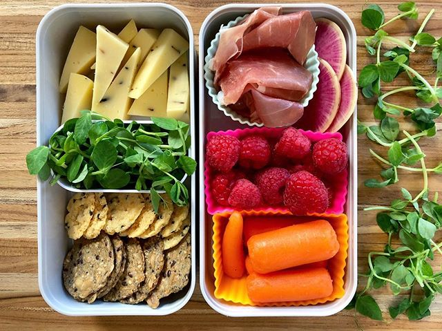 When you're dreaming of a Charcuterie Board, but it's Tuesday, and you're packing a lunchbox... 😍 • Are your kids on Spring Break? Mine are not, but NYC is a little quieter this week. 🌟 • Anyhoo, this #glutenfree lunchbox is for my tween and its got cheese, crackers, greens, prosciutto, raspberries and carrots. The start of a delicious board, repurposed into a bento box. Straightforward. Yummy. Easy to pack. No recipe needed. 🤗 . . . . . . . #lunchideas #lunchboxideas #charcuterieboard #lalalunchbox #cheeseandcrackers #eattherainbow #lunchideasforkids #lunchideasforwork #notasaddesklunch #glutenfreelunch #glutenfreelunchbox #schoollunch #feedfeed #feedfeedglutenfree #packedlunch #lunchboxinspo @lalalunchbox