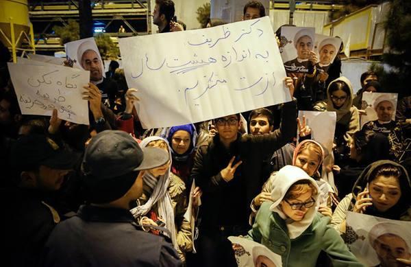 Iranians welcoming the Geneva delegation back home, Serat News, Nov. 25