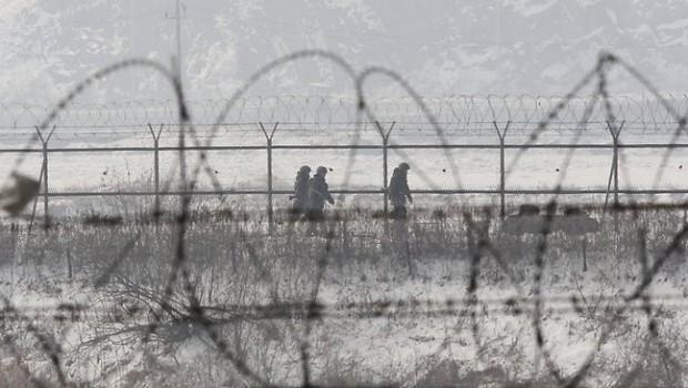 115739-south-korea-north-korea-soldiers-border-620x350.jpg