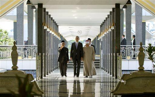 President Obama tours the National Mosque in Kuala Lumpur, with Grand Imam Ismail Muhammad, right, and Abdul Rashid Md Isa, left, on Sunday, April 27, 2014. (AP Photo/Carolyn Kaster)
