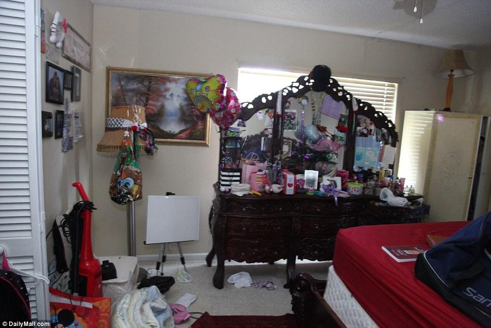 353BFA4300000578-3639587-The_main_bedroom_bureau_is_adorned_with_balloons_photos_and_bott-a-3_1465843592166.jpg