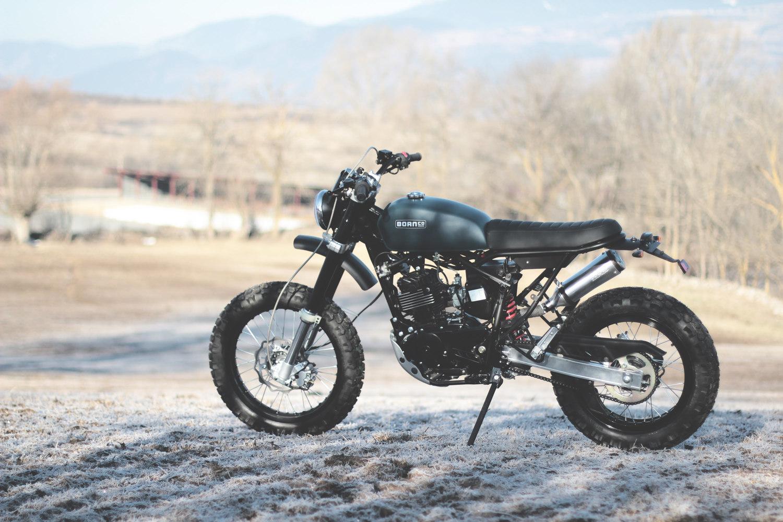 The Tracker esuna motocicleta ligera con neumáticos de calidad y suspensión de largo recorrido, adecuada para off-road y calle. La base mecánica es la misma que la MonoHull.