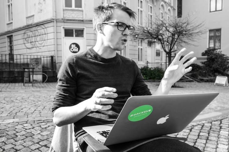 Jeg bruker mye gestikulering når jeg diskuterer og kan se alvorlig ut på møter. Foto:  Magnus Halsnes