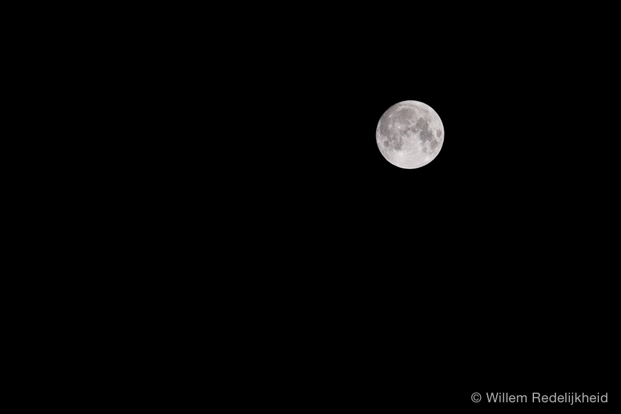 The moon @200mm (or 300mm @ 35mm equivalent)