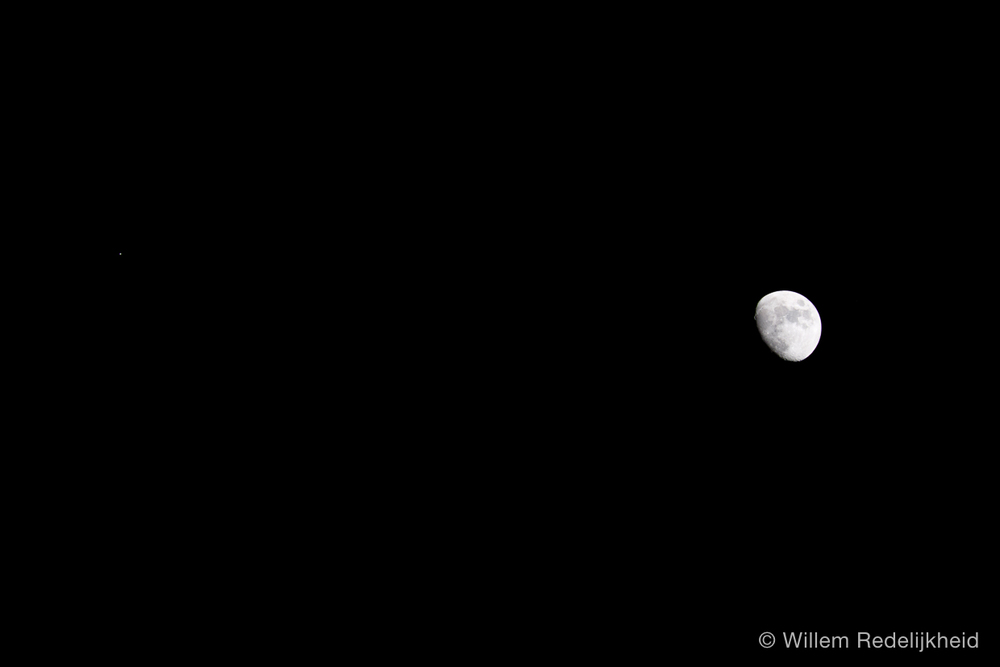 Moon and Jupiter next to each other in the night sky