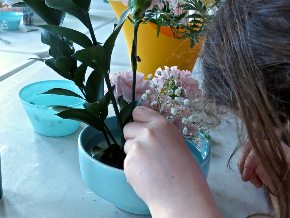 Nothing like flowers to spark up children's creativity! Some young ladies had fun at a birthday ikebana get-together!