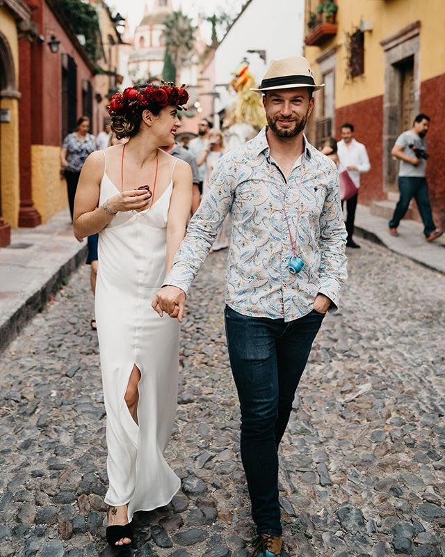 One thing for sure: there won't be anywhere in the world where you will walk down cobbled streets with live music, while you drink tequila with the love of your life. Get married in Mexico, and if you do, call us.  Planner: @penziweddings ⠀⠀⠀⠀⠀⠀⠀⠀⠀ #thetimeswehave #fridaenamorada #getmarriedinmexico #sanmigueldeallende #sanmigueldeallendeweddings #callejoneada #peopleinlove #cobbledstreets
