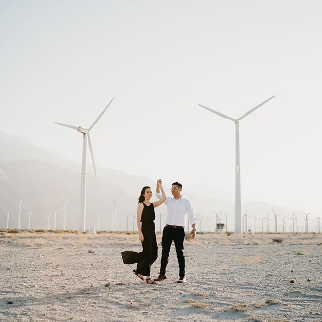 One of the most gratifying feelings to us is when our couples open their hearts and are not afraid to show who they are,  but there are those who are more fearless and are not afraid to fight the heat and the wind in the middle of a desert. 🔥  #thetimeswehave #fridaenamorada #palmsprings #desertengagement #windmills #fearless