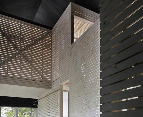 tsumari_cottage_interior-view-wood-cross-bracing-550x450.jpg