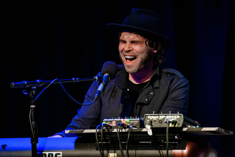 Gaz Coombes performing a solo set at Jammin' Java in Vienna, VA (photo by Matt Condon /  @arcane93 )