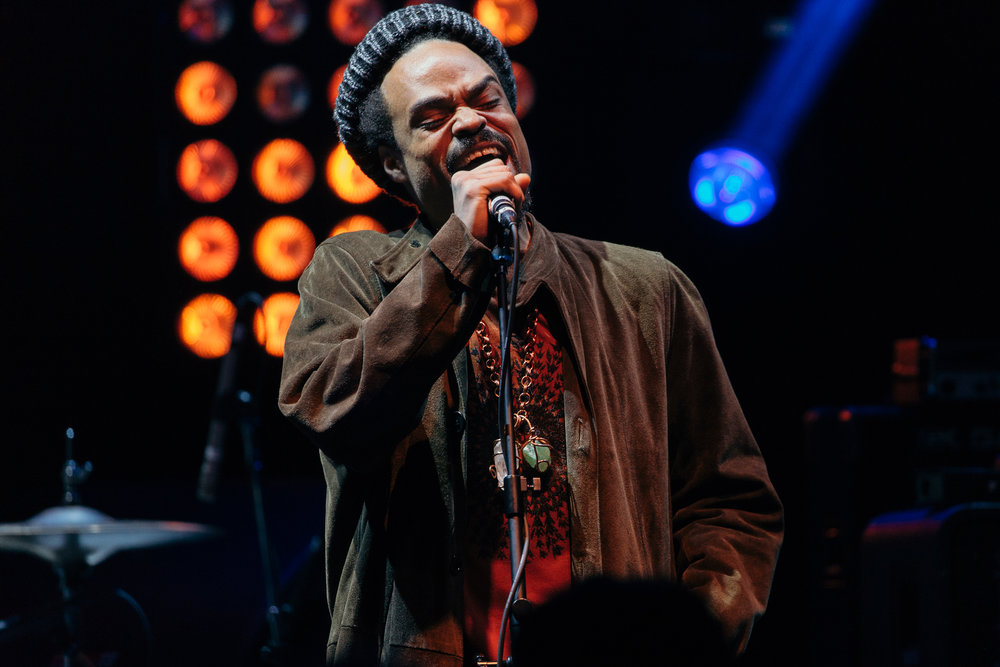 Bilal performing alongside Robert Glasper at 9:30 Club (Photo by Mauricio Castro /  @themauricio )