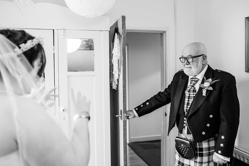 Dad sees his daughter on her wedding day