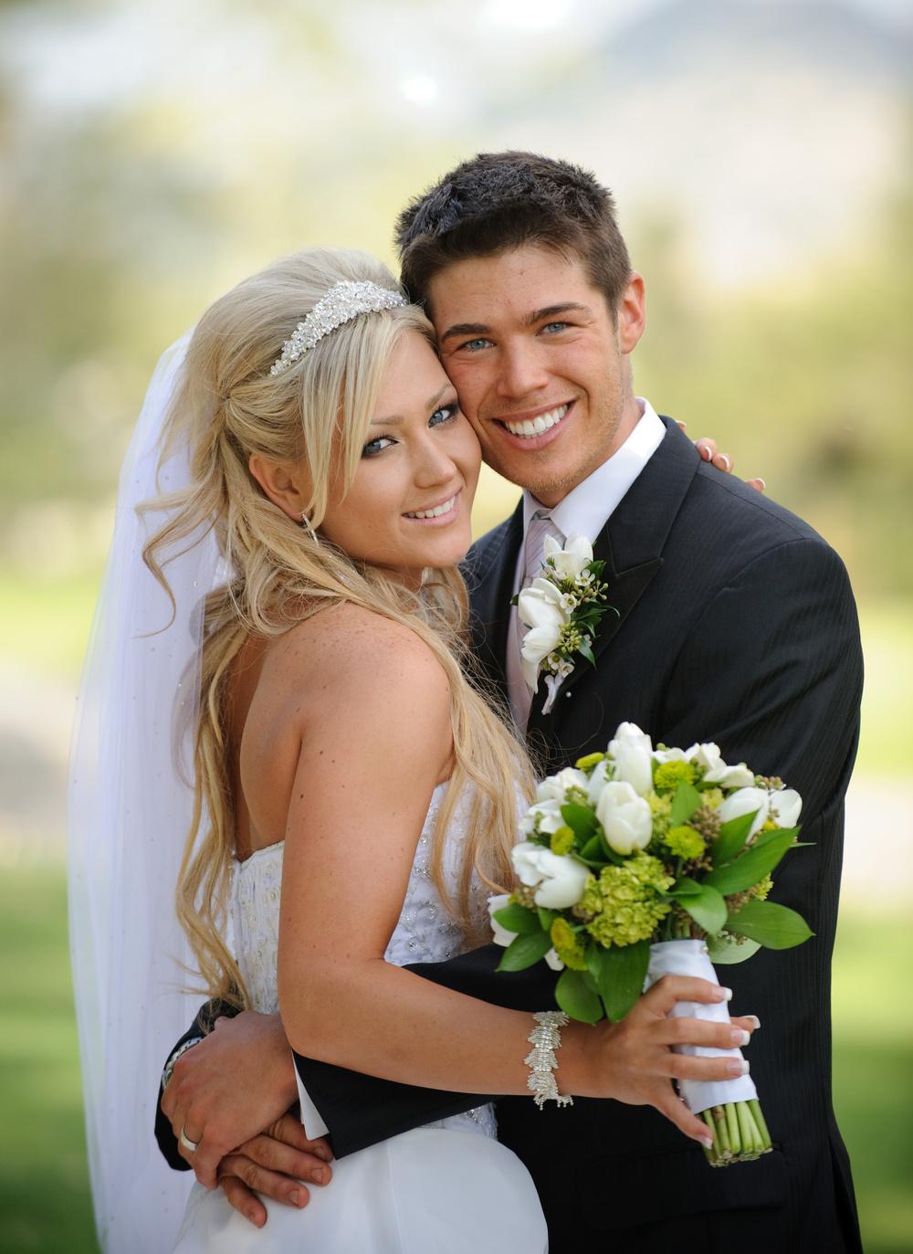 Семейная пара в возрасте с молодым парнем 26 фотография