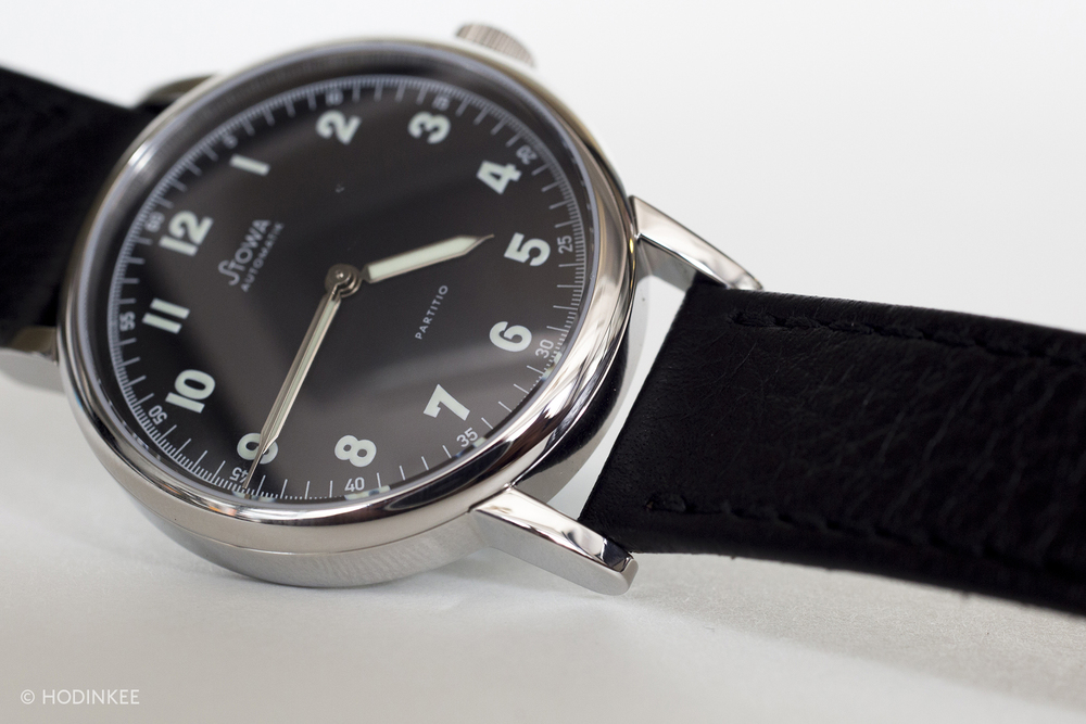 The 37 mm stainless steel case features linear lugs.