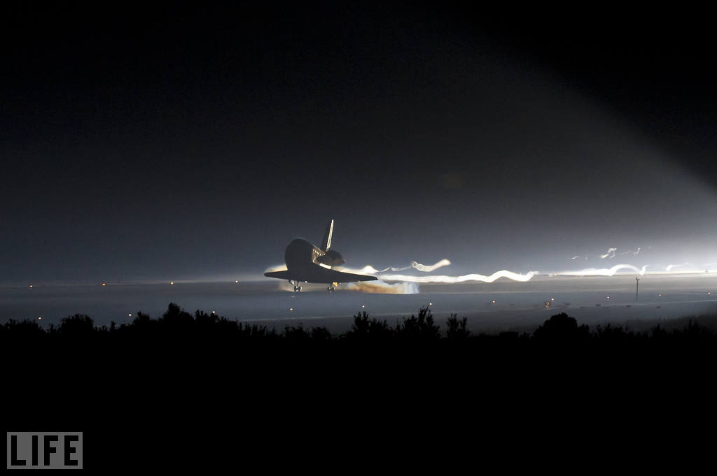 Single tear.    laughingsquid :      Shuttle Atlantis' Final Touchdown