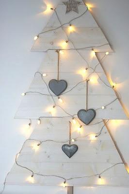 Article + Gallery ➤ http://CARLAASTON.com/designed/25-extraordinary-christmas-tree-designs 25 Extraordinary Christmas Trees Designed To Make Yours Look Ordinary (Image Source: remppahaikara.blogspot.fr | Kw: holiday, wood, craft diy )