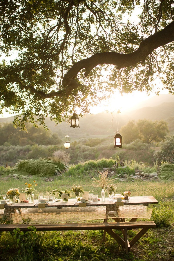 ARTICLE: 22 Summery, Serene Picnic Ideas | Image via: Style Me Pretty
