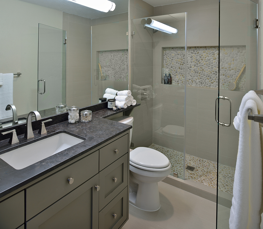 Look Before After A Bachelor S Dated Bathroom Gets A Contemporary Makeover