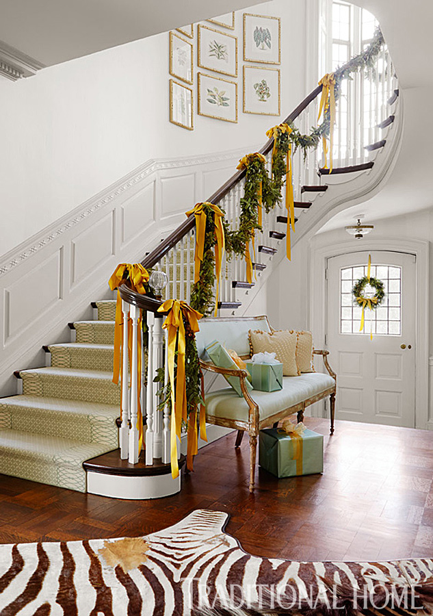 House entryway; staircase; Christmas garland | Interior design -er: Nora Marra