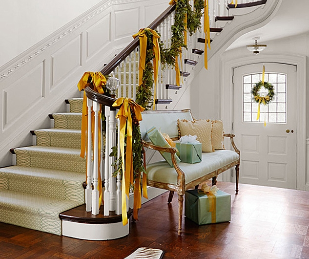 Home entryway; staircase; Christmas garland | Interior design -er: Nora Marra
