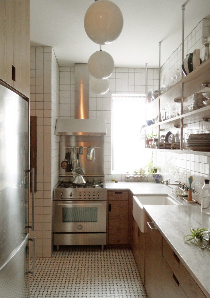 A small new york city apartment kitchen is made light for New york style kitchen design