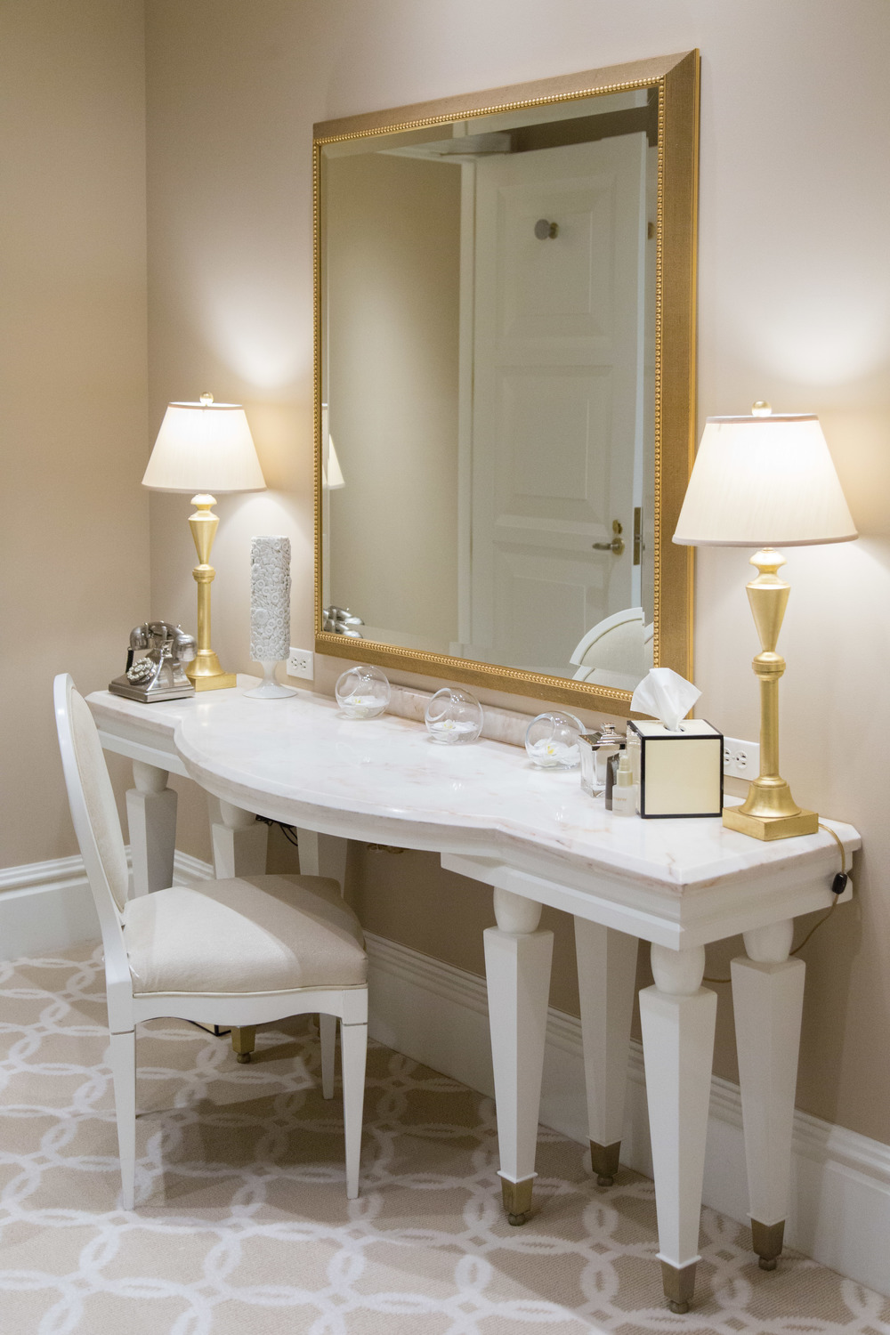 Wynn Hotel, wedding venue, Bride's suite, Bride's room, vanity, make-up mirror | Photographer: Tori Aston