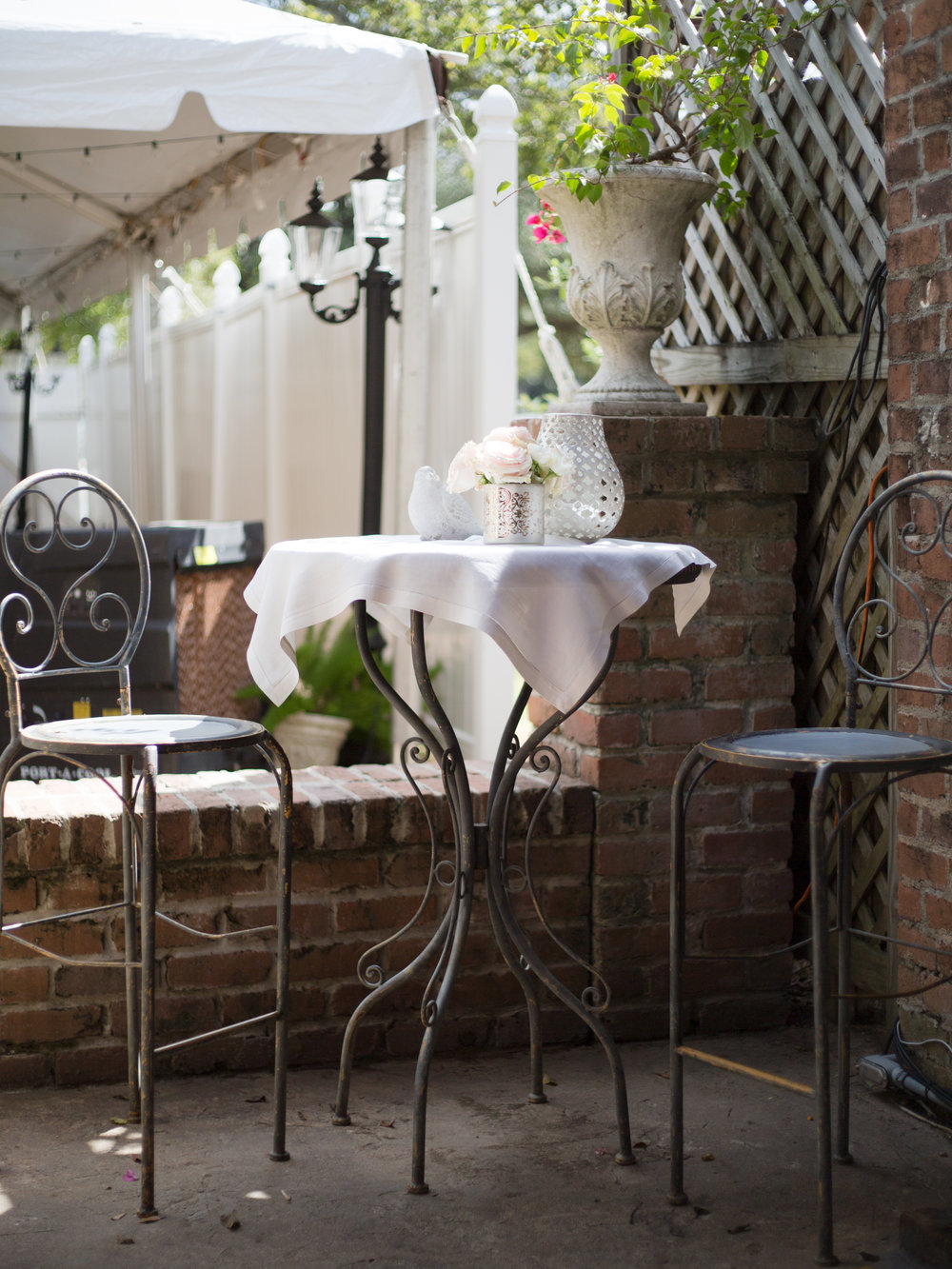 Before and After: Wedding Courtyard Makeover, Designer: Carla Aston, Photo: Tori Aston