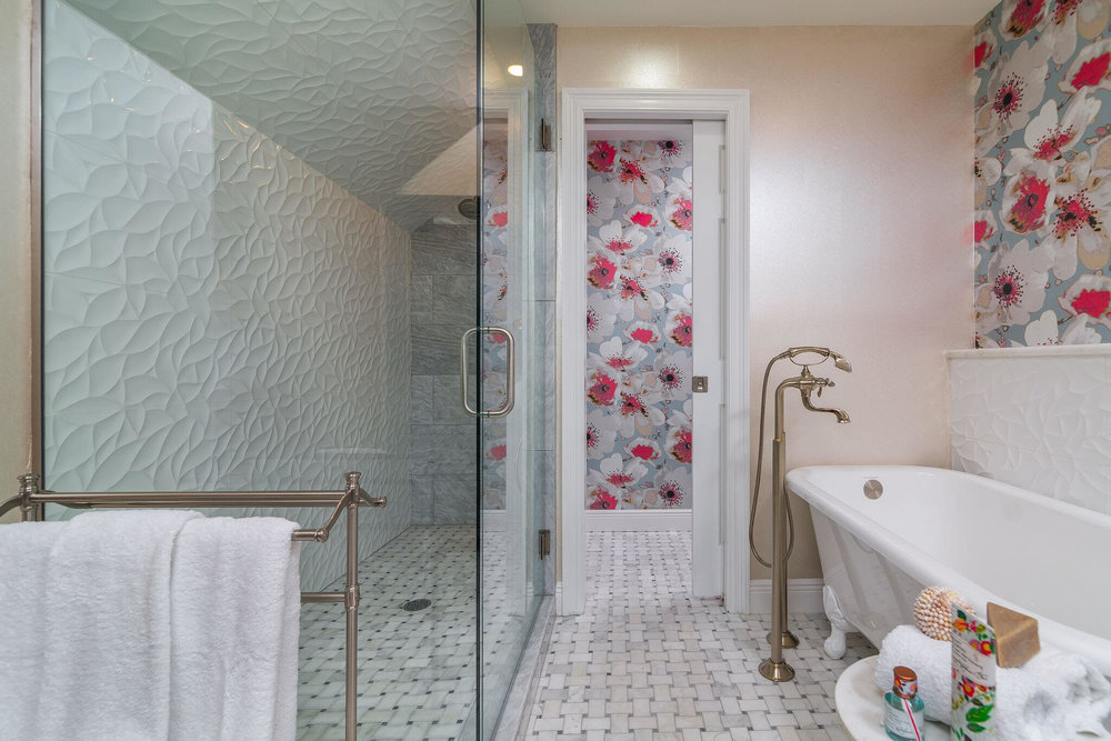 DESIGNER SPOTLIGHT - Cheryl Kees Clendenon #marblefloor #bathroomdesign #wallpaper #marblemosaic #footedtub