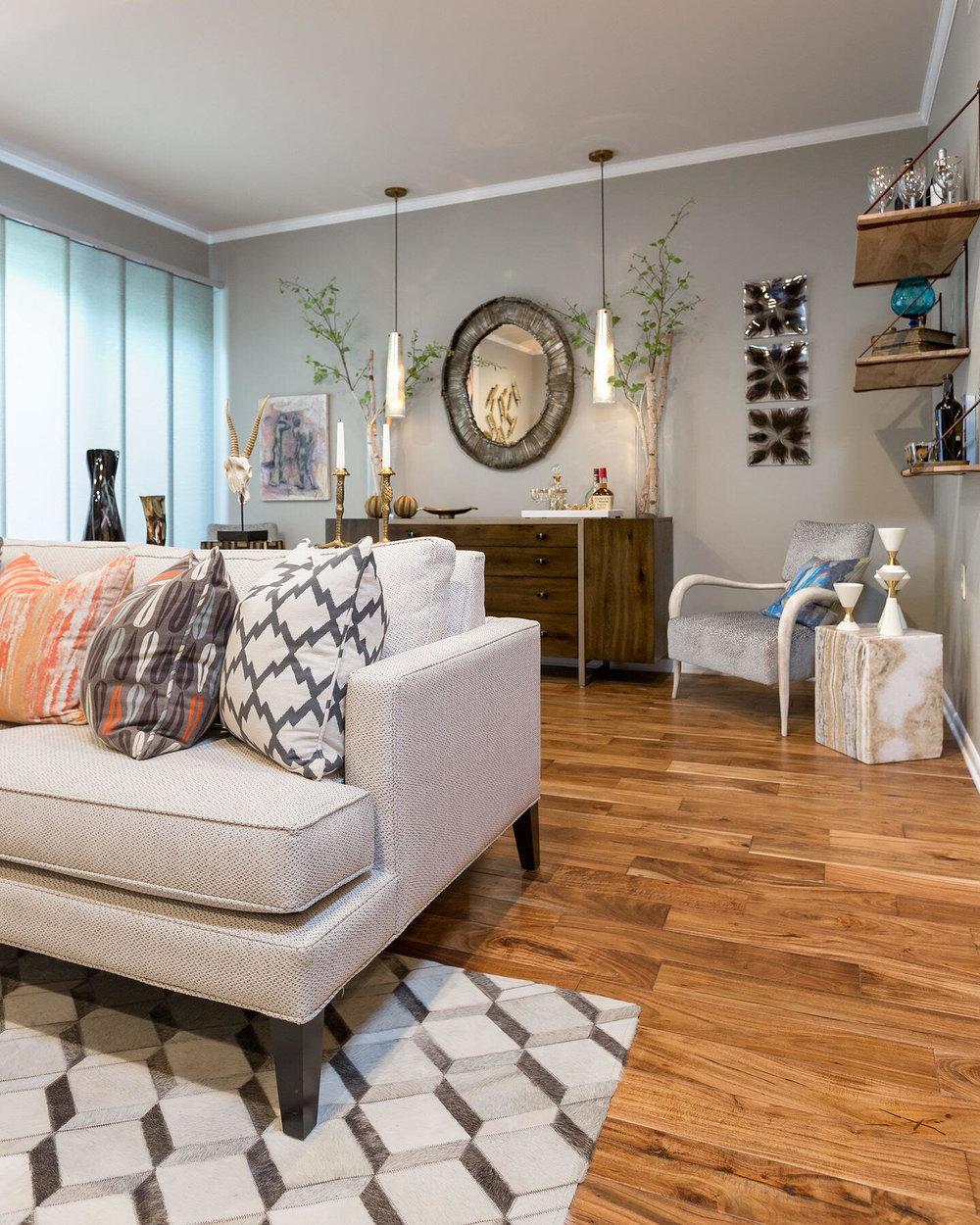 DESIGNER SPOTLIGHT - Cheryl Kees Clendenon, #livingroom #modernlivingroom #hiderug #roundmirror #moderncoastal