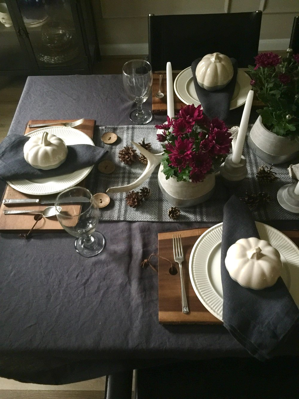 Dining room tabletop centerpiece for Thanksgiving #cuttingboard #creamware #pumpkins #magenta #centerpiece #tablesetting #diningroom