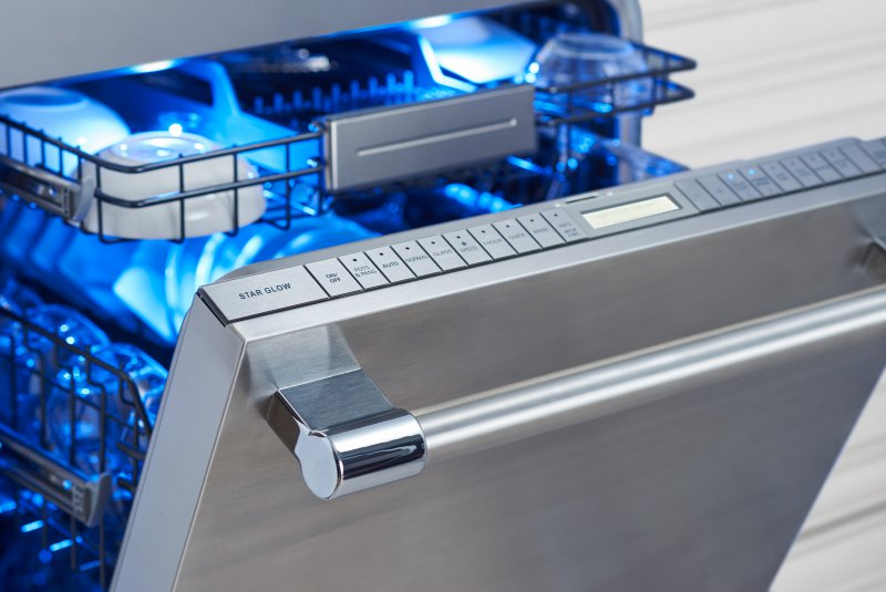 Such a nice clean design on all the controls and that third top drawer is perfect for hard-to-place kitchen utensils. #dishwasher #Thermador #entertaining